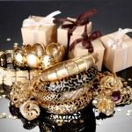 piękna Biżuteria złota i prezenty na szarym tle — Zdjęcie stockowe