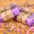 Hand-made lavender soaps on wooden mat - Stockfoto