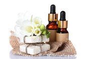 Esans yağı, sabun ve üzerinde beyaz izole çiçek şişe — Stok fotoğraf