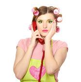 Bella casalinga giovane con telefono rosso isolato su bianco — Foto Stock
