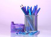 Färg hållare för kontorsmateriel med dem på ljusa färgglada bakgrund — Stockfoto