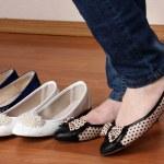 kvinna i balett platta skor på trä bakgrund — Stockfoto