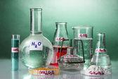 Provrör med olika syror och kemikalier på ljus bakgrund — Stockfoto