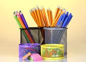 Suportes de cor para material de escritório com eles no fundo brilhante — Foto Stock