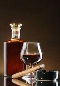 ボトル、ブランデーと茶色の背景に葉巻のガラス — ストック写真