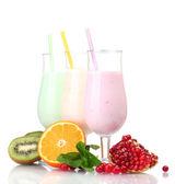 молочные коктейли с фруктами, изолированные на белом фоне — Стоковое фото