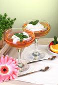 Geléia de frutas em copos e frutas na mesa de café — Foto Stock