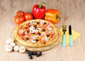 Aromático pizza con verduras y setas sobre fondo de madera — Foto de Stock