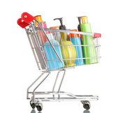 Carro de compras con botellas de detergente aislado en blanco — Foto de Stock