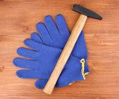 锤子和木制背景上手套 — 图库照片