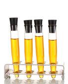 白で隔離される黄色の液体と試験管 — ストック写真