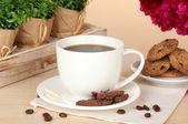 Tasse de café, biscuits, chocolat et fleurs sur la table à café — Photo