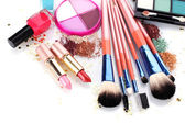 Make-up borstels in houder en cosmetica geïsoleerd op wit — Stockfoto