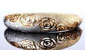 Bellissimo braccialetto d'oro su sfondo grigio — Foto Stock