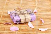 Handgemachte lavendel seife auf hölzernen matte — Stockfoto