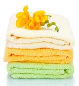 Bunte handtücher und blumen, die isoliert auf weiss — Stockfoto