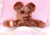 Ziek beer in bed — Stockfoto