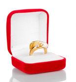 銀の模様と白で隔離される赤いビロードの箱でなクリスタル ゴールド リング — ストック写真