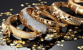 灰色の背景上の美しい黄金のブレスレット — ストック写真