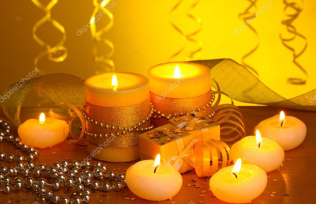 belles bougies cadeaux et d coration sur une table en bois sur fond jaune photo 10620841. Black Bedroom Furniture Sets. Home Design Ideas