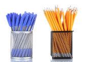 Olova tužky a pera v kovových pohárů izolovaných na bílém — Stock fotografie