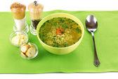 Caldo de pollo sabroso con fideos en mantel verde — Foto de Stock