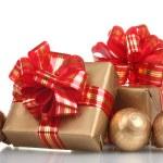 Красивые золотые подарки с красной лентой и Рождественские шары, изолированные на белом фоне — Стоковое фото #10730436