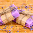 Hand-made lavender soaps on wooden mat - Foto Stock