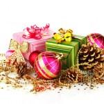 mooie lichte kerstballen, giften en kegels geïsoleerd op wit — Stockfoto