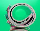 Yeşil renkli dergileri haddelenmiş — Stok fotoğraf
