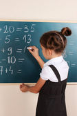 美しい少女教室ボード上を書く — ストック写真