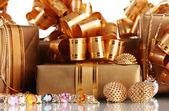 各种黄金饰品和礼品特写 — 图库照片
