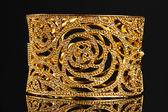 黑色背景上的美丽金色手链 — Stockfoto