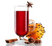Mulled wine in the glass, spice and orange isolated on white — Stock Photo