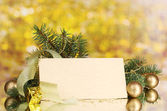 Lege briefkaart, kerstballen en spar-boom op gele achtergrond — Stockfoto