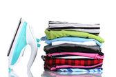 Kupie kolorowe ubrania i elektryczne żelazko na białym tle — Zdjęcie stockowe