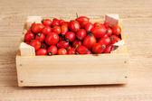 Dojrzałe wrzośca w drewniane pudełko na drewnianym stole na drewniane tła — Zdjęcie stockowe