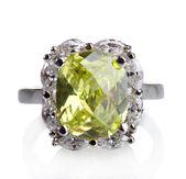 Mooie ring met groene juweeltje geïsoleerd op wit — Stockfoto