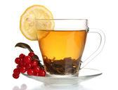 Tè verde con viburno rosso e limone in una tazza di vetro isolato su bianco — Foto Stock