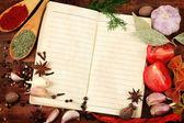 Caderno de receitas e especiarias na mesa de madeira — Fotografia Stock