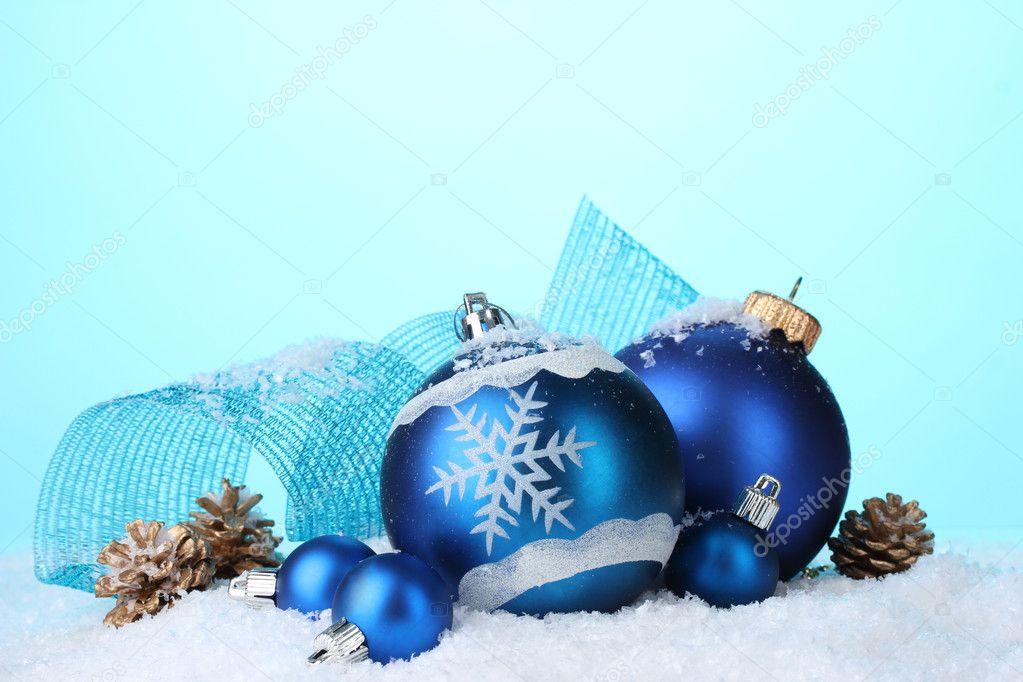 belles boules de no l bleu et c nes en neige sur fond bleu. Black Bedroom Furniture Sets. Home Design Ideas