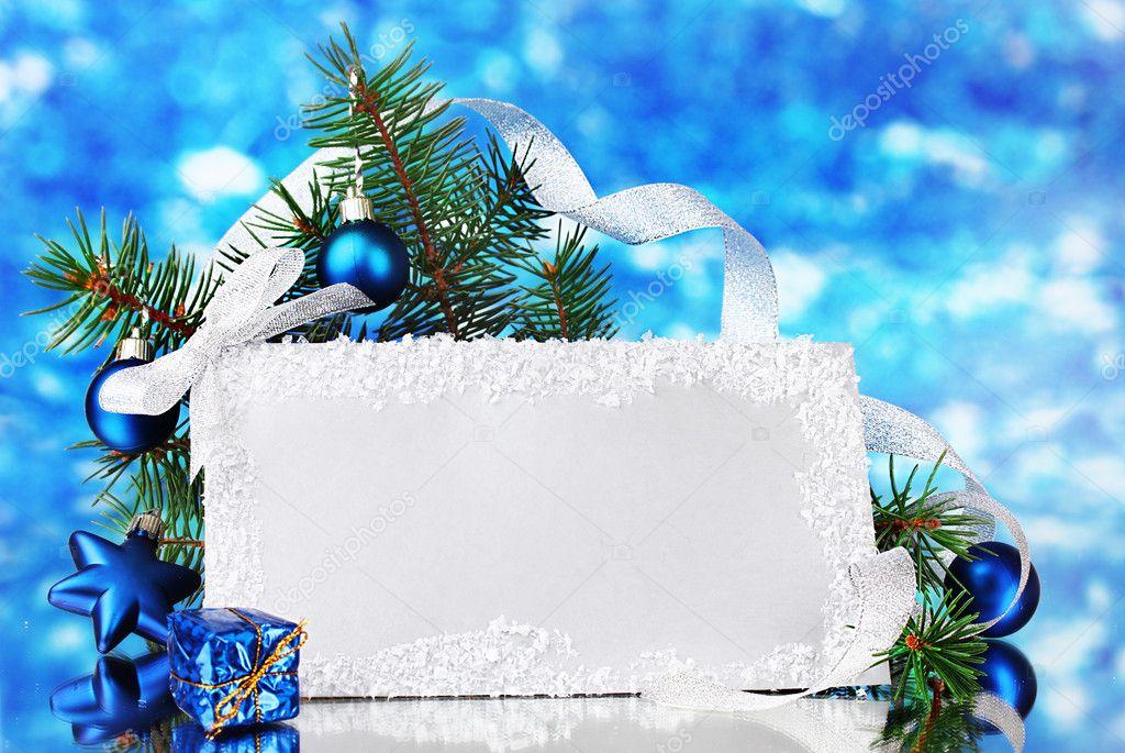 Carte postale vierge, boules de Noël et sapin sur fond bleu – Image