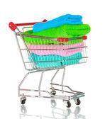 Carrito de la compra y toallas aislados en blanco — Foto de Stock