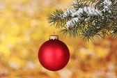 Christmas ball på trädet på gula — Stockfoto