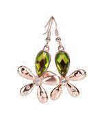 Ohrringe in Form einer Blume mit einem grünen Stein, isoliert auf weiss — Stockfoto