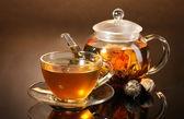 Bule de vidro e copa com exótica chá verde sobre mesa de madeira de castanho backgro — Foto Stock