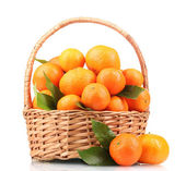 Mandarinas con hojas en una hermosa canasta aislado en blanco — Foto de Stock