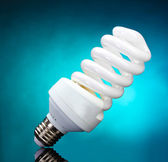 Sobre fundo azul lâmpada de poupança de energia — Foto Stock