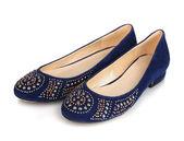 Elegante blauw platte schoenen voor vrouwen in geïsoleerde op witte stenen — Stockfoto