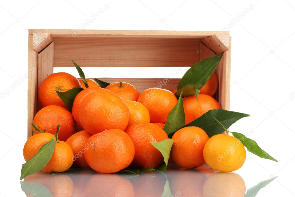 Ripe tasty tangerines with leaves in wooden box dropped isolated on white — Stock Photo #8131310